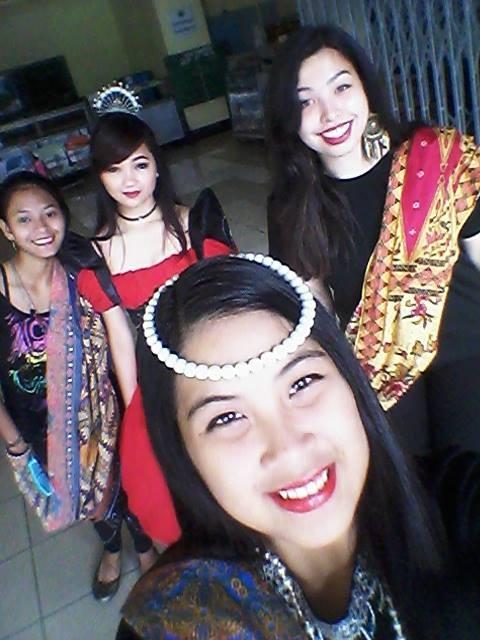 Drei Mitschülerinnen und ich in Filipianas und mit Malongs