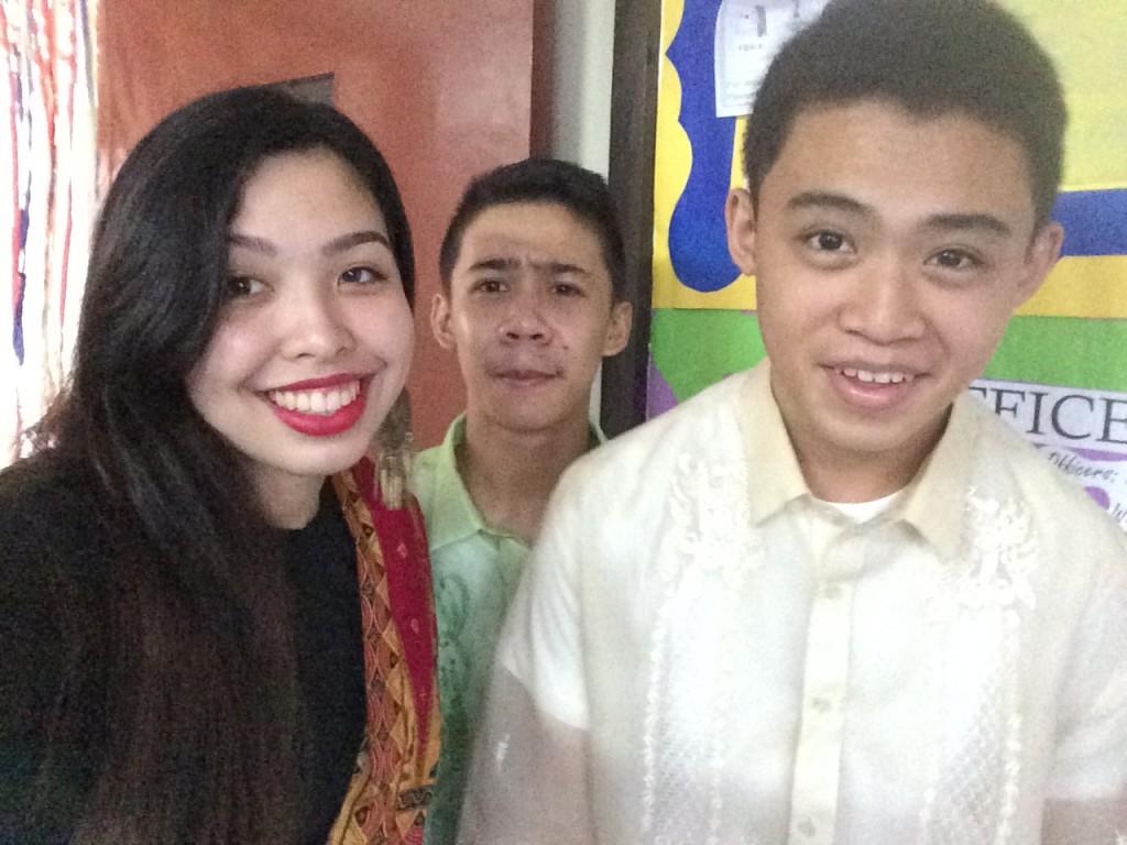 2 Jungs aus meiner Klasse im Barong und ich mit Malong
