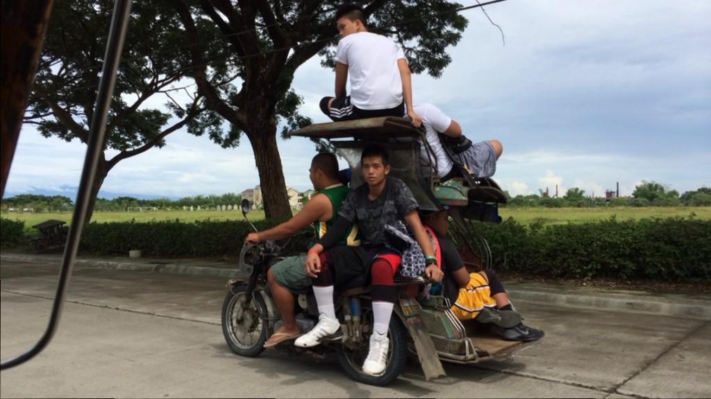 """Die Jungs aus der Schulklasse, die meine Cousine Shireen unterrichtet auf einem """"Tricycle""""."""