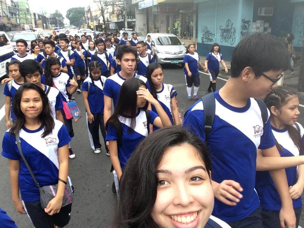 Während der Parade, bei der jede Jahrgangsstufe (jedes Team) durch die Straßen um die Schule laufen sollte