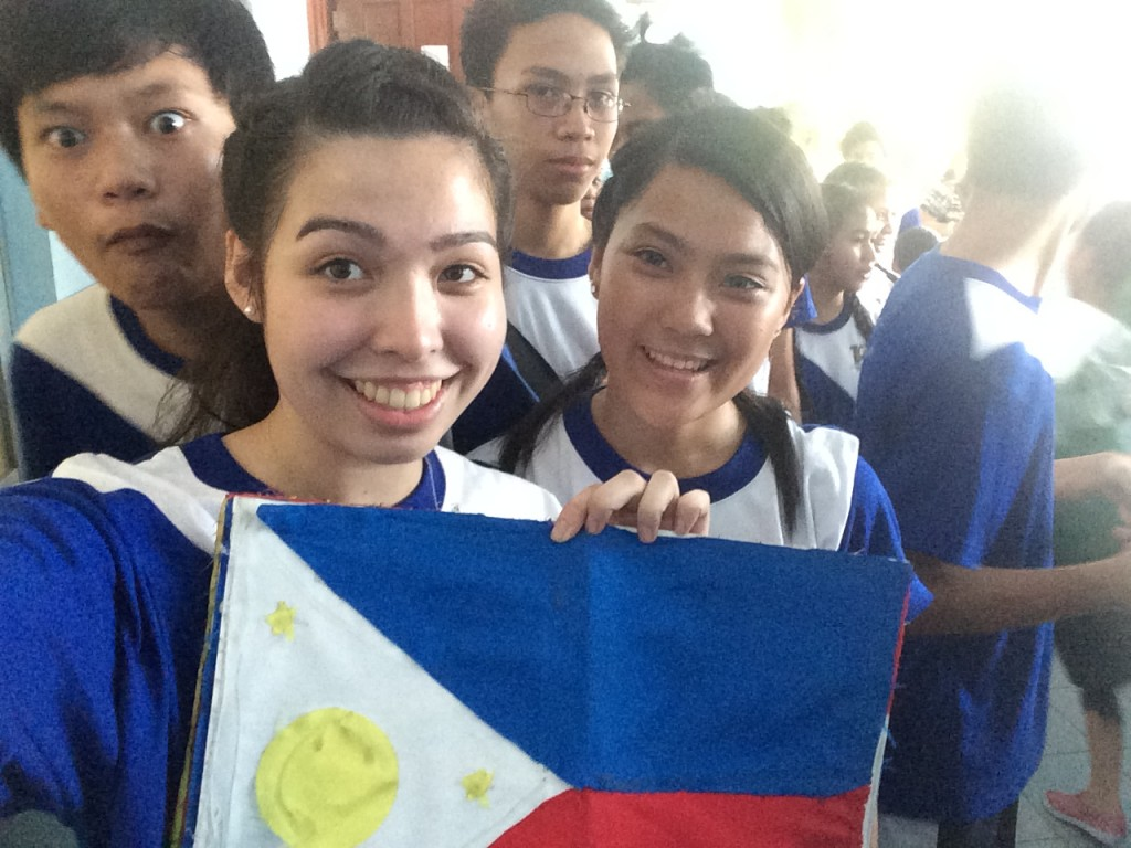 Nach unserem Cheering Dance. Ich halte eine Requisite, die wir am Ende unseres Cheering-Auftritts gebraucht haben, in den Händen. Bei der Requisite handelt es sich um die philippinische Flagge.