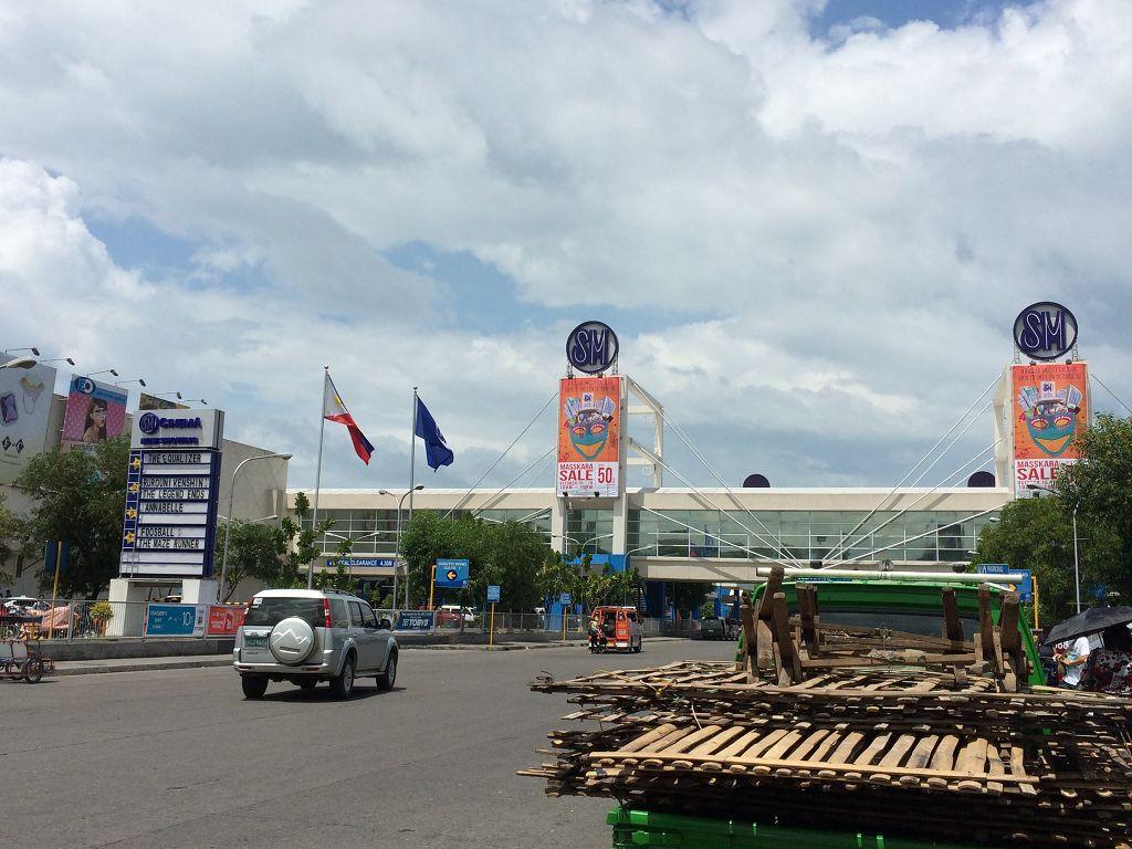 """Dies ist das Einkaufszentrum """"SM City Bacolod"""". Das """"SM"""" stammt vom Namen """"Shoemart"""" des ersten Geschäftes des Gründers in Manila im Jahre 1958 ab."""