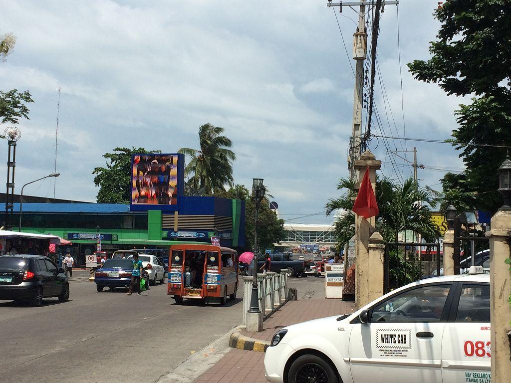 Weg von der Schule zu einem der drei großen Einkaufszentren in Bacolod City