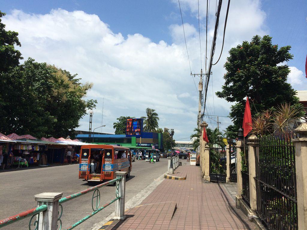 Weg von meiner Schule (rechts) zu einem der drei großen Einkaufszentren in Bacolod City; ganz in der Nähe