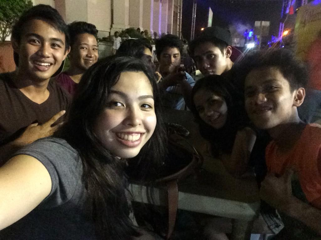 Mit meinen Freunden abends vor dem Rathaus in Bacolod City