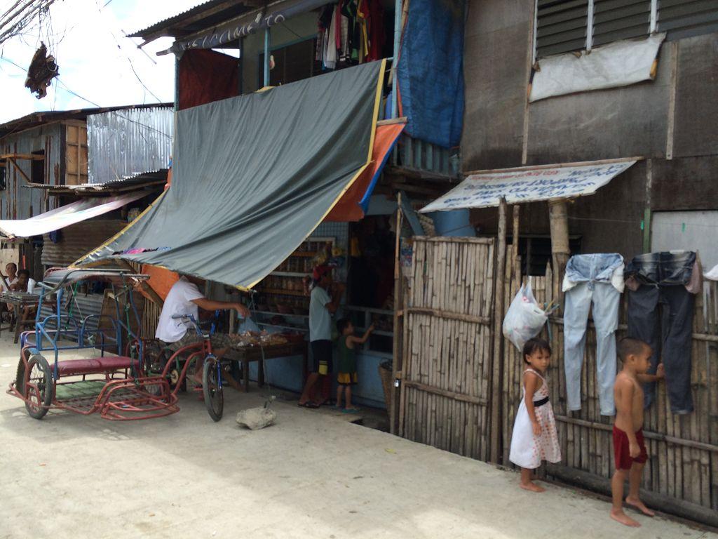 Perfektes Beispiel für das Verwenden von den erwähnten Schrottteilen (Metall, das bei uns schon auf dem Schrotthaufen liegen würde, aber hier Verwendung findet) und auch von Bambus. Ich saß im Jeepney, als wir daran vorbeifuhren und ich das Foto schoss.