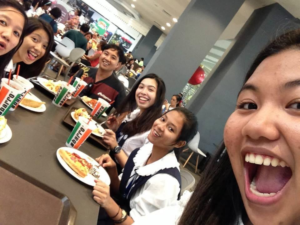 Meine neue Freundinnen-Gruppe und der Vater einer Freundin, der uns die Pizza ausgegeben hat (Dezember 2014; aktuell