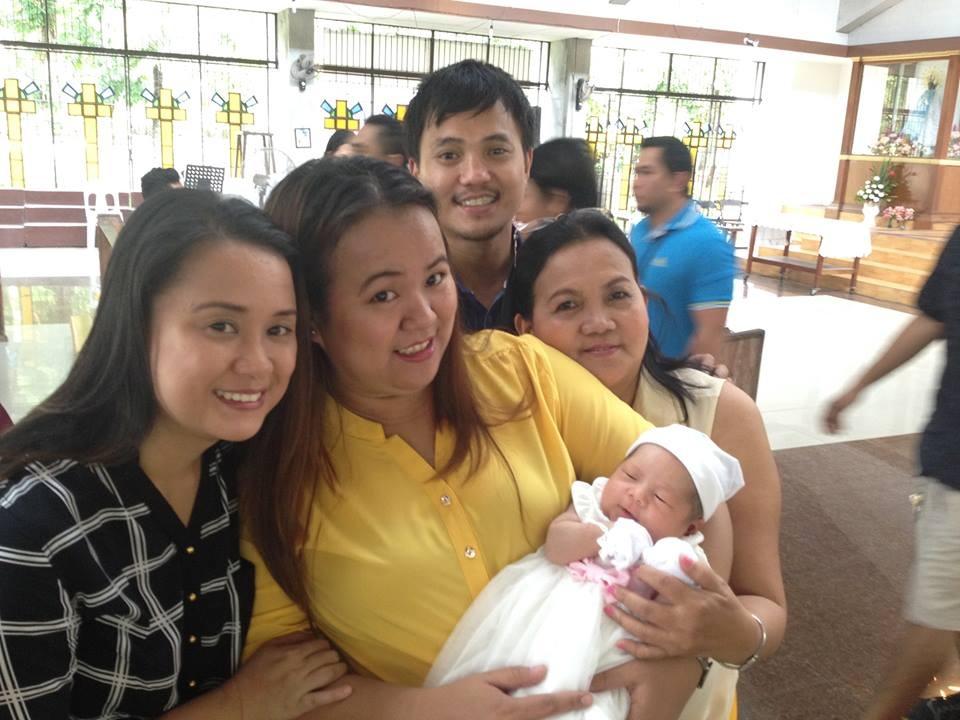 Meine Familie mit dem neuesten Familienmitglied, Baby Hailey, in den Händen