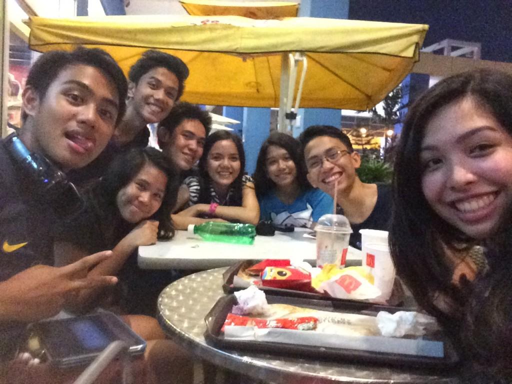 Mit meinen Freunden an einem Samstagabend draußen bei McDonald's