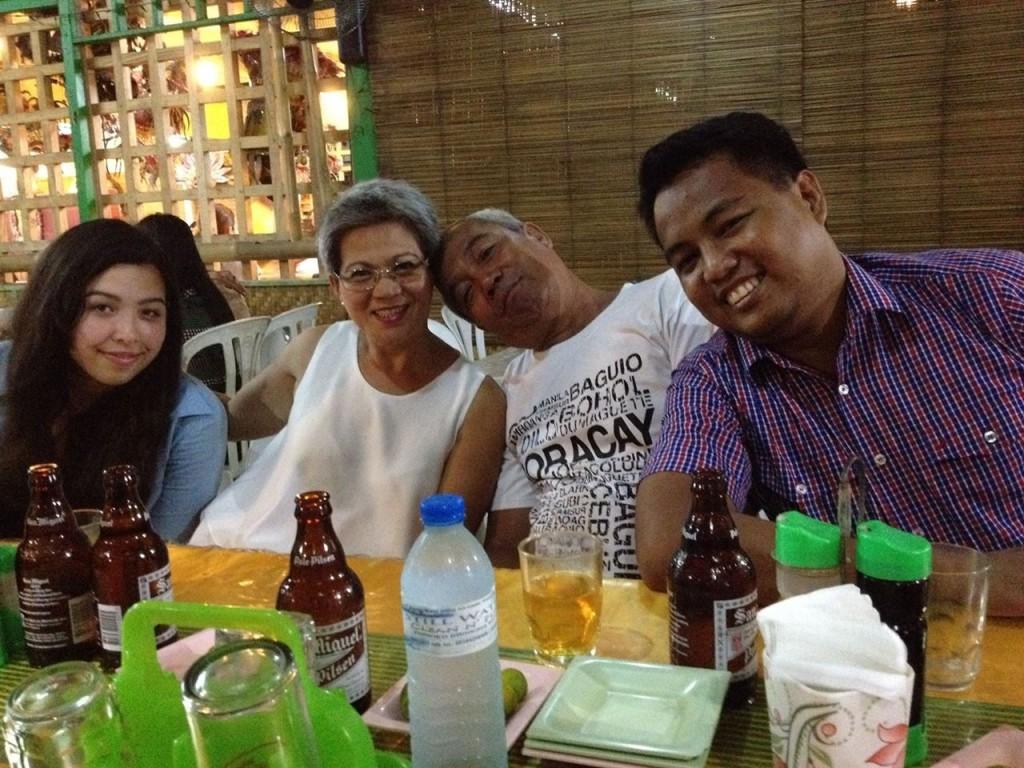 Ich, meine in Deutschland lebende Tante (die mit mir zusammen auf die Philippinen gekommen ist und dort für 3 Wochen blieb), mein ältester Onkel und mein ältester Cousin