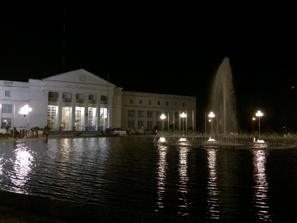 Das Rathaus mit der Wasserfontäne davor