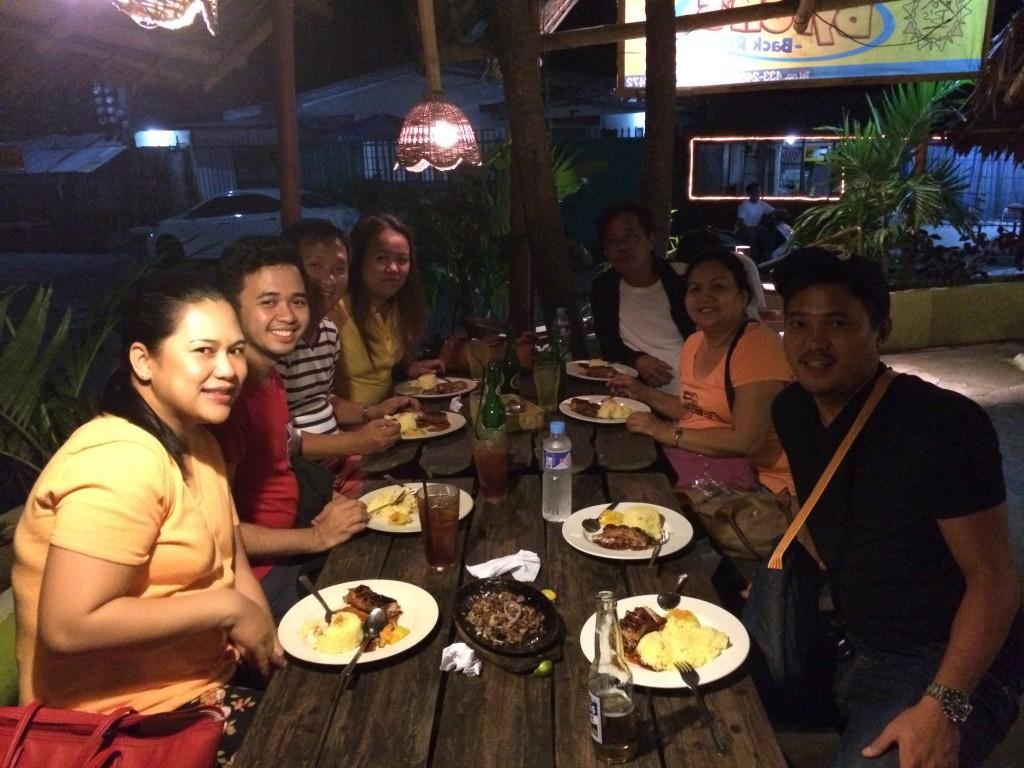 Mit meiner philippinischen Familie beim Abendessen in einem Restaurant