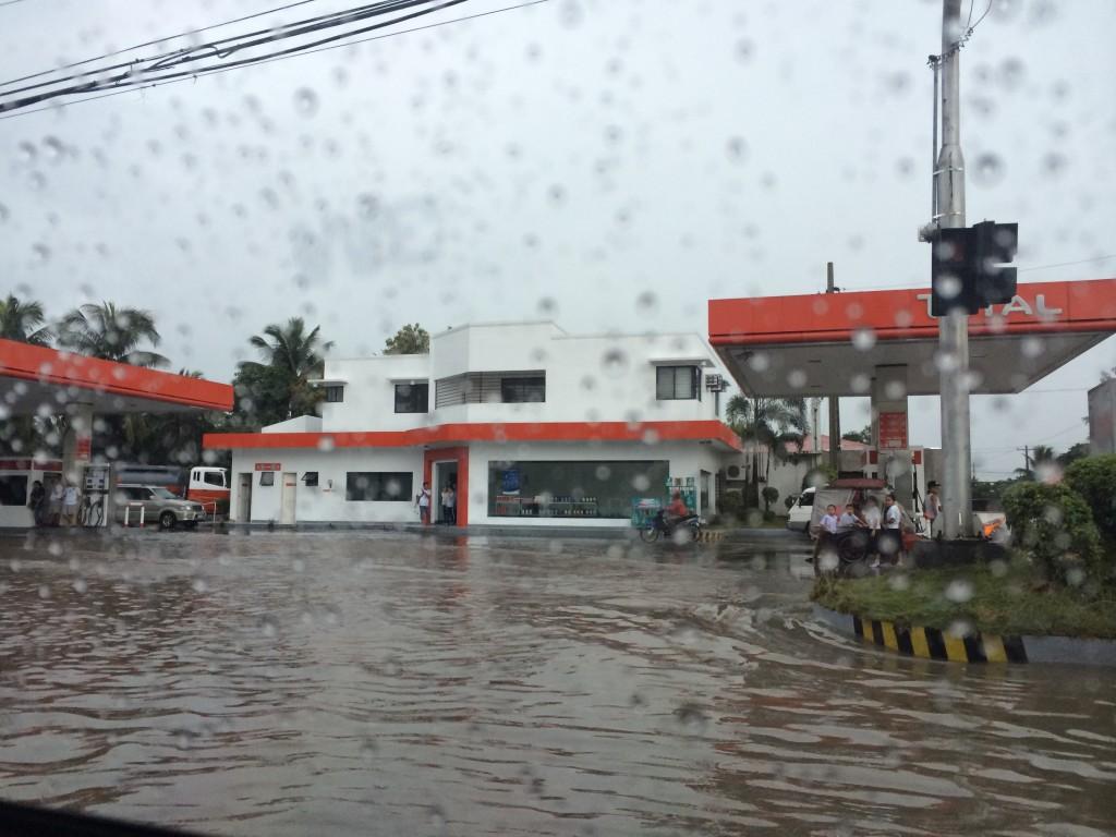 Während eines heftigen Regensturms; die Straßen stehen unter Wasser