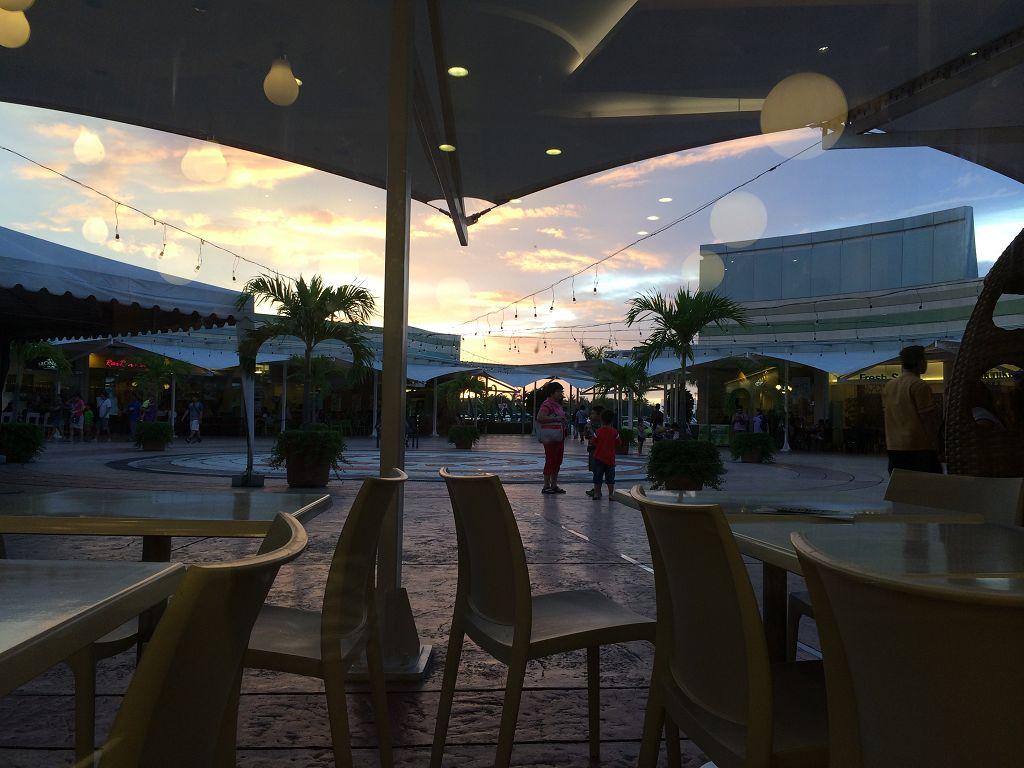 Blick vom Hauptplatz in der Robinson-Mall (Einkaufzentrum)