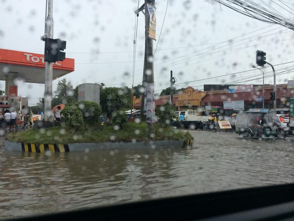 Während eines heftigen Regensturms; in der Taifun-Zeit