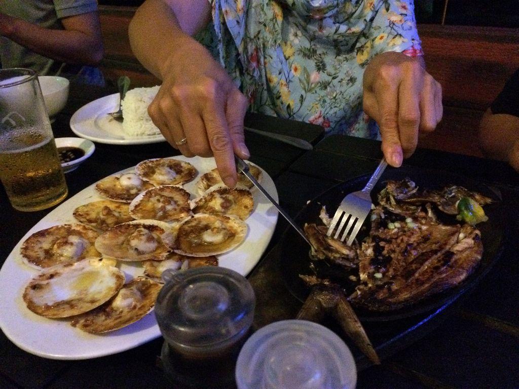 Die Menschen hier essen meistens Fisch und Meeresfrüchte, wir hier z.B. Muscheln links und ein halb aufgegessener, gegrillter Fisch rechts: Es gibt meist nur gegrillten oder getrockneten (in Salz gelegten) Fisch, hier Trockenfisch genannt.